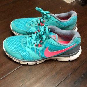 Women's Nike tennis shoes size 8.5.